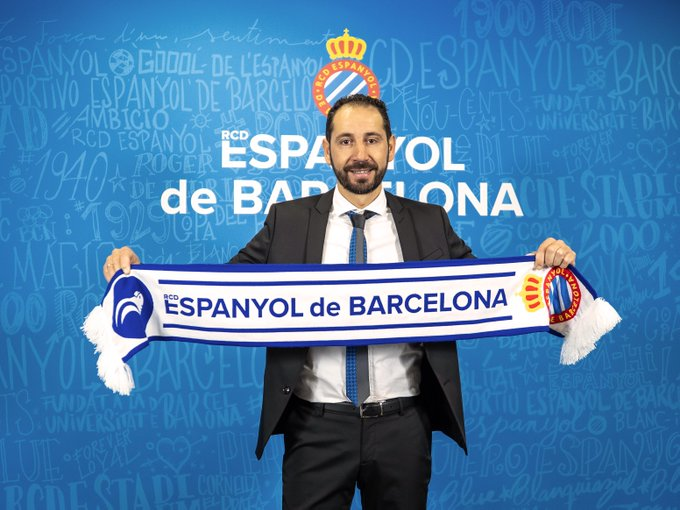 Pablo Machín holds an Espanyol de Barcelona scarf.
